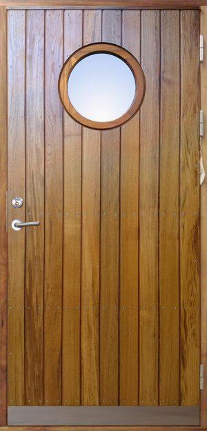 ytterdörr med stående panel och runt fönster