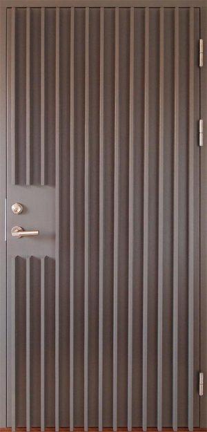 gråmålad ytterdörr med ribbor