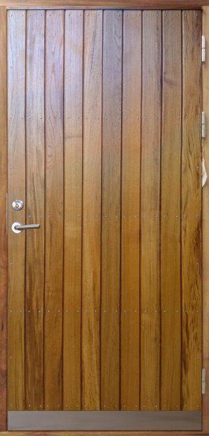 ytterdörr med stående panel i teak