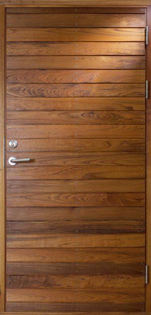 Ytterdörr i teak med liggande panel