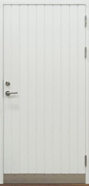 vitmålad ytterdörr med stående panel